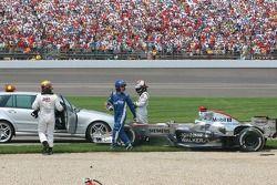 Choque en la primera curva de Juan Pablo Montoya y Kimi Raikkonen