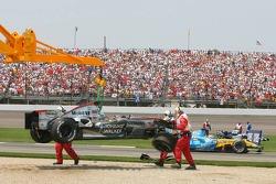 Das Auto von Juan Pablo Montoya wird nach dem Crash in der ersten Kurve abtransportiert