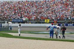 Choque en la primera curva de Juan Pablo Montoya, Kimi Raikkonen y Scott Speed