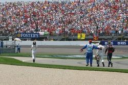 Kimi Räikkönen, Juan Pablo Montoya und Scott Speed nach dem Crash in der ersten Kurve