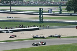 Crash in der ersten Kurve: Nick Heidfeld, Scott Speed, Juan Pablo Montoya und Kimi Räikkönen