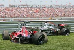 Die Autos von Scott Speed und Juan Pablo Montoya nach dem Crash in der ersten Kurve