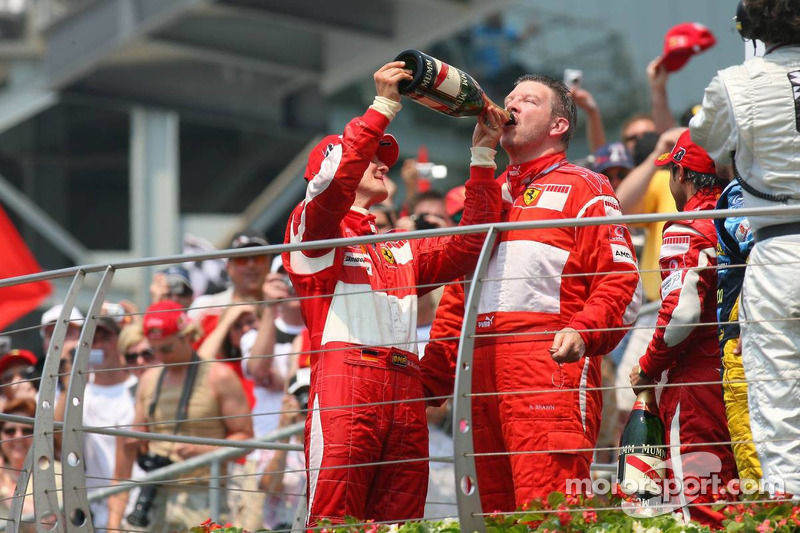 Podium: champagne pour Michael Schumacher, Felipe Massa et Ross Brawn