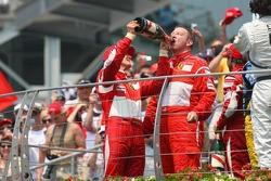 Podio: ganador de la carrera Michael Schumacher, segundo lugar Felipe Massa y Ross Brawn