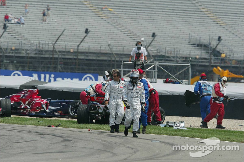 Juan Pablo Montoya und Kimi Räikkönen nach dem Crash in der ersten Kurve
