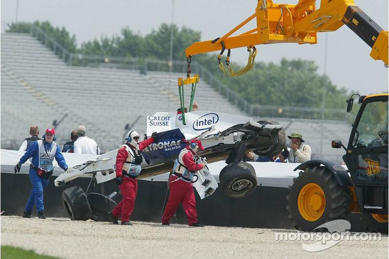 La voiture de Nick Heidfeld est emmenée après l'accident du premier virage