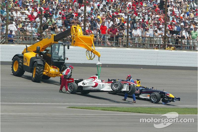 Les voitures de Franck Montagny et Christian Klien sont emmenées après l'accident du premier virage