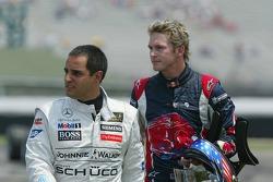 Juan Pablo Montoya und Scott Speed nach dem Crash in der ersten Kurve