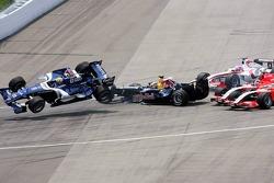 Choque en la primera curva de Mark Webber, Christian Klien, Franck Montagny y Christijan Albers