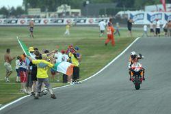 Победитель гонки - Дани Педроса празднует