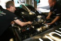 Des membres de l'équipe Vitaphone Racing au travail