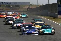 Départ: #9 Zakspeed Racing Saleen S7 R: Sascha Bert, Jarek Janis, #1 Vitaphone Racing Team Maserati MC 12 GT1: Michael Bartels, Andrea Bertolini se battent pour la premi_re place