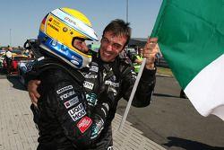 Les vainqueurs de la course Michael Bartels et Andrea Bertolini célèbrent