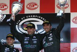 Podium GT1 : les grands vainqueurs Michael Bartels et Andrea Bertolini