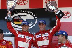 Podium du GT2 : les vainqueurs Nathan Kinch et Andrew Kirkaldy