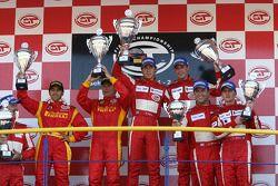 Podium du GT2 : les vainqueurs Nathan Kinch et Andrew Kirkaldy, avec en seconde place Mika Salo et Rui Aguas, et en troisième place Chris Niarchos et Tim Mullen