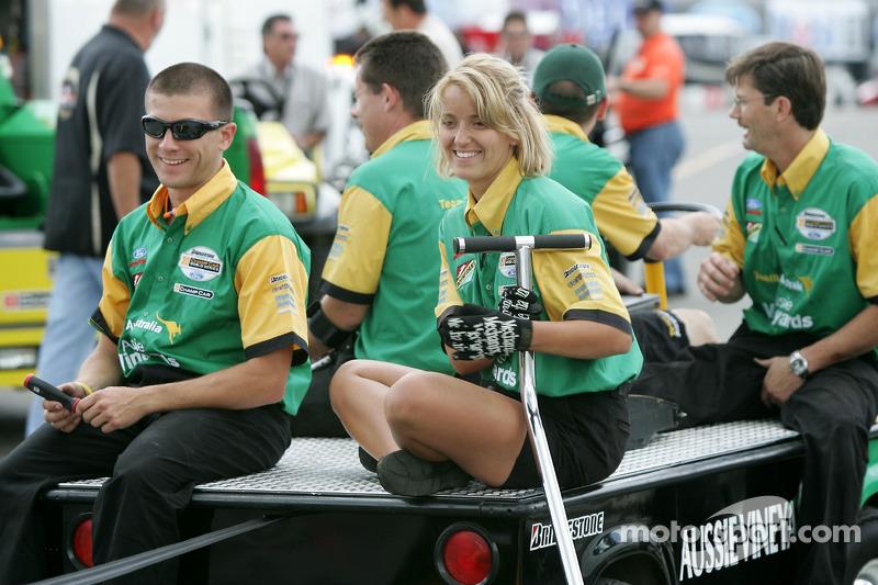 Des membres de l'équipe Team Australia ramènent la voiture dans le paddock