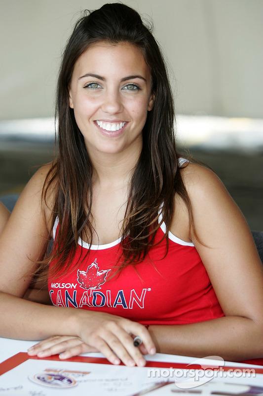 Un jeune fille de Molson Canadian