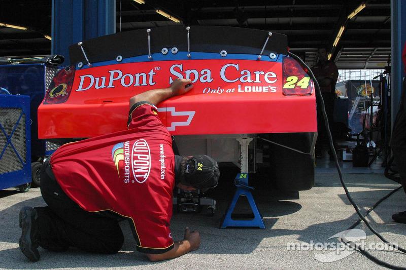 Un membre de l'équipe vérifie l'extrêmité arrière de la voiture de Jeff Gordon