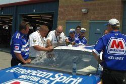 La voiture de Mike Garvey a du mal à passer à l'inspection