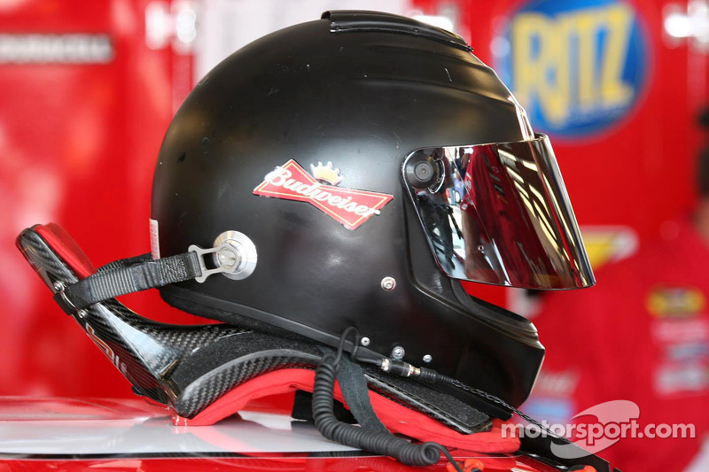 Perangkat HANS pada helm Dale Earnhardt Jr