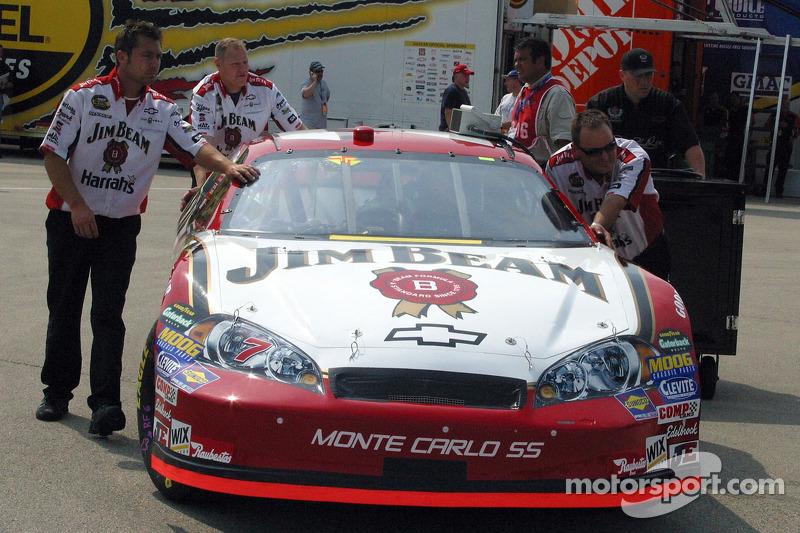 L'équipe de Robby Gordon pousse la voiture vers la ligne de qualification