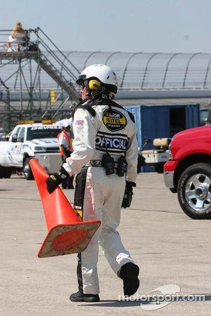 Un employé de NASCAR remplace le cône orange écrasé par Todd Kluever