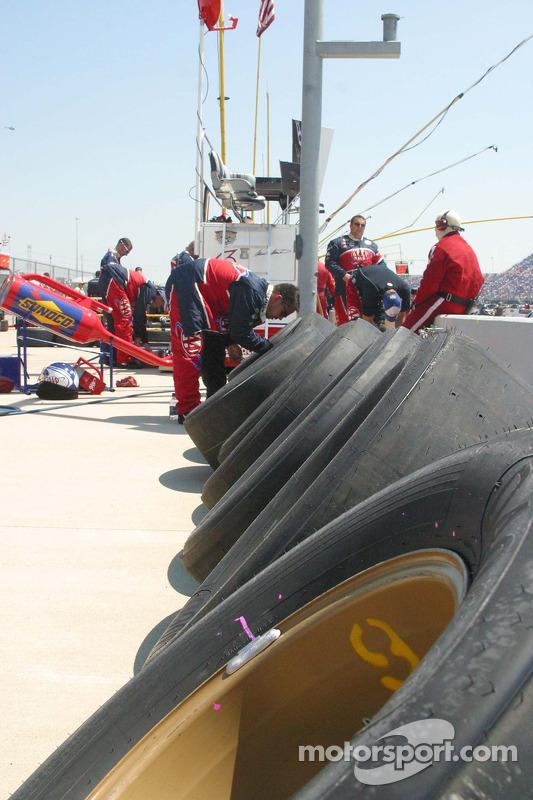 Des membres de l'équipe Mark Martin travaillent sur les pneus