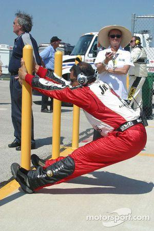 Un membre de l'équipe de Gordon s'étire avant la course