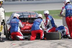 L'équipe d'Elliott Sadler répare les dommages à l'arrière de voiture