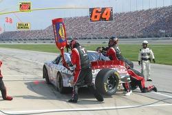 Un pneu rebondit sur le mur et se dirige vers la piste pendant l'arrêt au stand de Jamie McMurray
