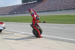 L'homme chargé du ravitaillement de Jamie McMurray se précipite pour arrêter le pneu qui entre dans la voie des stands
