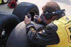 Des membres de l'équipe vérifient les pneus après l'arrêt au stand