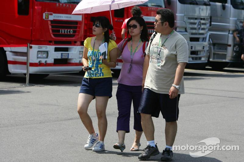 Des touristes japonais dans le paddock
