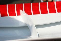 Support reliant les deux ailerons arrière sur la F2006 Ferrari