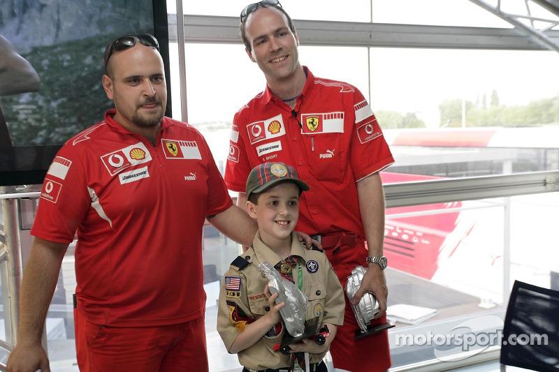 Red Bull le jeudi : des membres de l'équipe Ferrari et un scout avec un trophée du Derby de Pinewood