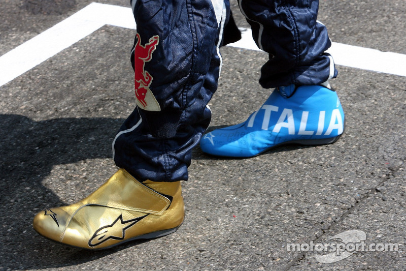 The racing shoes of Vitantonio Liuzzi in soccer design at French GP ... a3ed8352e187