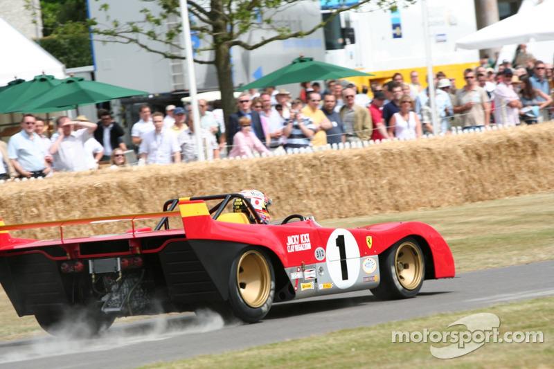 La Ferrari 312P fume les pneus du haut de la colline