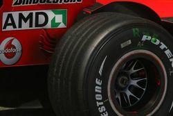Un pneu arrière Bridgestone de Michael Schumacher