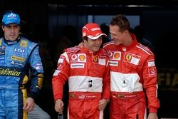 Le vainqueur de la pole position Michael Schumacher fait la fête avec Felipe Massa et Fernando Alonso