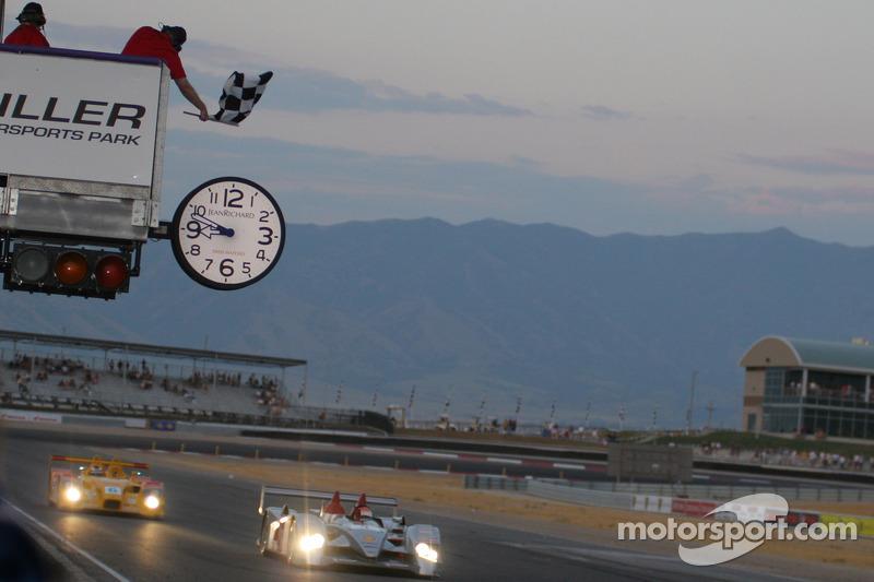 Emanuele Pirro passe la ligne d'arrivée dans la Audi R10