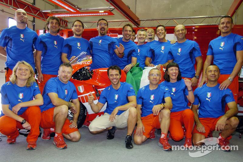 Loris Capirossi et des membres de l'équipe Ducati célèbrent la victoire de l'Italie à la Coupe du monde