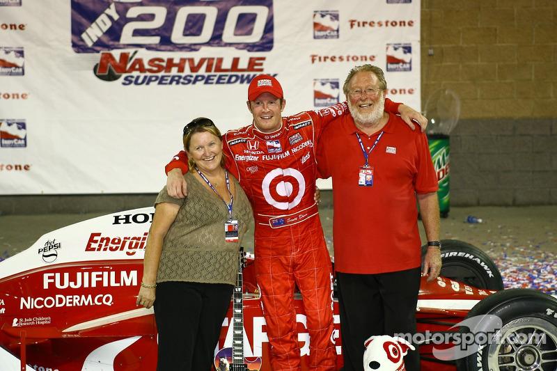 Ligne de victoire: le vainqueur de la course Scott Dixon fait la fête avec ses parents