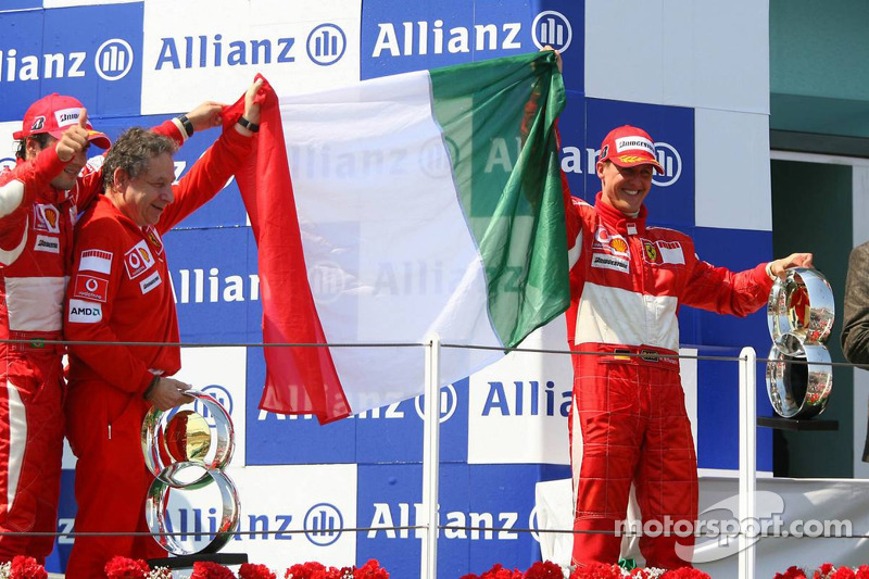 Podium: le vainqueur de la course Michael Schumacher fait la fête avec Felipe Massa et Jean Todt