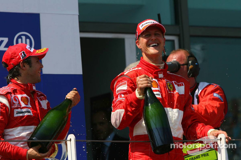 Podium: champagne pour Michael Schumacher et Felipe Massa