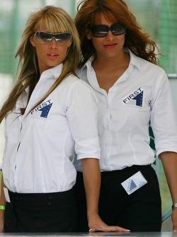 Des jeunes femmes de la sécurité sexy
