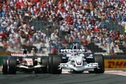Jacques Villeneuve delante de Jenson Button