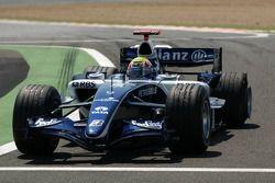 Mark Webber rentre dans les stands avec un pneu à plat après une tête-à-queue