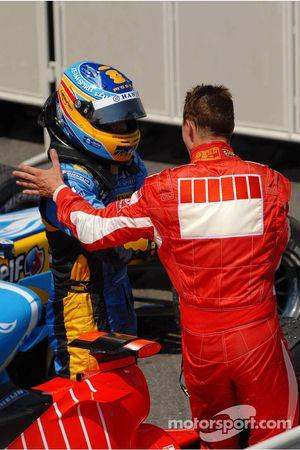 Fernando Alonso félicite le vainqueur de la course Michael Schumacher
