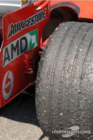 Un des pneus arrière de la voiture de Michael Schumacher après la course